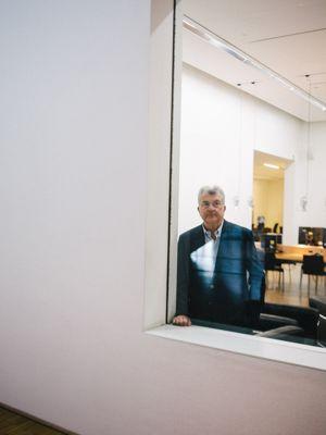 Daniel Guerlain, un gentleman pince-sans-rire. <i>Photo Lucien Lung pour Le Figaro.</i>