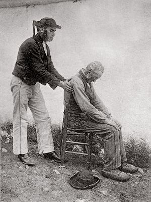 Soigner par les mains, comme ici en Bretagne au début du XXesiècle, est une tradition très ancienne. Une approche où se mêlent ésotérisme et empirisme.