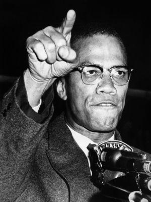 Malcolm X lors d'un rassemblement en 1963 à Harlem dans la ville de New York.