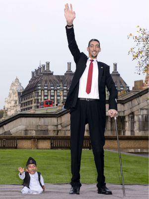 L'homme le plus grand du monde Kosen rencontre l'homme le plus petit du monde Chandra Bahadur Dangi.