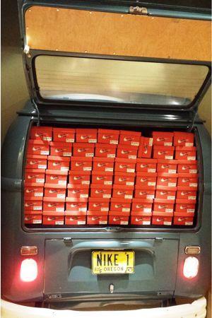 Derrière de camion garni jusqu'à ras-bord de boîtes de chaussures Nike.