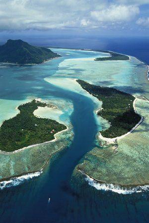 Maupiti est entourée par cinq îlots posés sur la barrière de corail.
