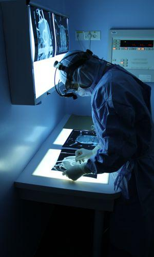 Le neurochirurgien repère la cible à atteindre. Crédit photo: APHP