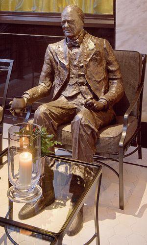 À Londres, le Churchill Bar &Terrace permet de prendre un verre en compagnie de celui dont la statue, grandeur nature, occupe un fauteuil.