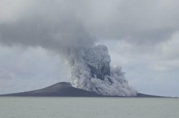 Vue de l'éruption en cours dans l'archipel des Tonga le 14 janvier 2015.