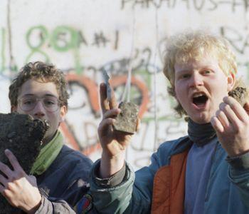 Des jeunes exhibent des morceaux du Mur ramassés près de la Porte de Brandebourg, comme des trophés.