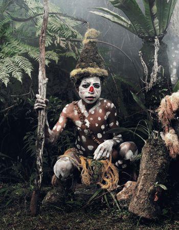 La Nouvelle-Guinée est peuplée de nombreuses tribus papous, souvent en guerre les unes contre les autres. Dont celle des Hulis, reconnaissable aux perruques coniques que les hommes tissent avec leurs propres cheveux.