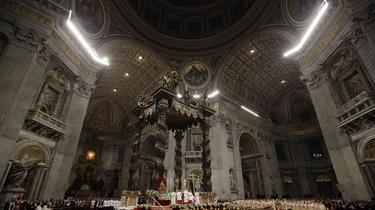 Devant une masse de fidèles, le pape François prononce sa première messe de Noël