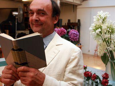 Jean de Gonet dans son atelier parisien avec , en mains, une de ses «reliures en biais» pour célébrer l'oeuvre de Joseph Conrad. Photo Richard VIALERON/ LE FIGARO
