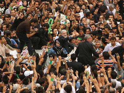 L'opposant Mir Hossein Moussavi salue ses partisans en juin 2009.