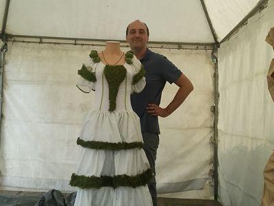 Adrien Bénard posant devant sa robe joliment décorée de mousse. DR