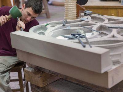 Les tailleurs de l'Œuvre Notre-Dame se servent des mêmes outils que les Compagnons du Moyen-Age. Certains, à percussion frappée, s'utilisent comme un maillet ou une massette.