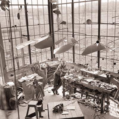 Photo publicitaire pour la galerie Pierre Matisse de Calder dans son atelier, New York, 1936. Photo Herbert Matter © 2013 Calder Foundation, New York.