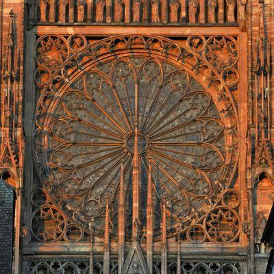 Dentelle de pierre: La cathédrale Note-Dame, dont la grande rose de 13,60 mètres de diamètre, est l'une des plus grandes d'Europe.