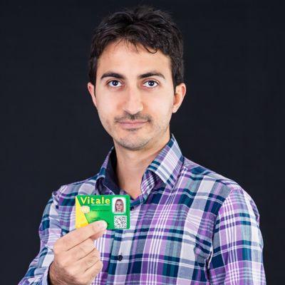 Adnan El-Bakri avec la carte vitale de seconde génération, où est affiché le QR Code personnalisé