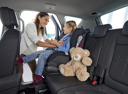 Les enfants doivent voyager attachés dans un siège adapté.
