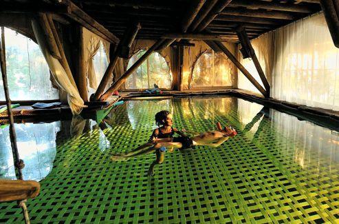 Le centre propose aussi des scéances de relaxothérapie dans des piscines suspendues d'eau de mer, chauffées.