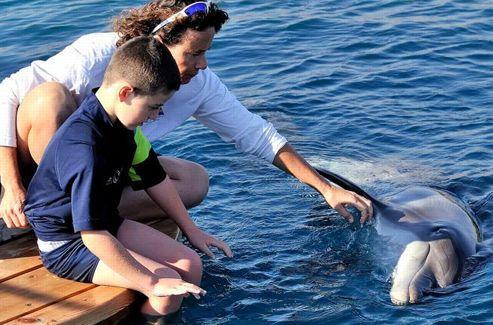 Sophie Donio doit réussir à tisser le lien entre les deux acteurs de la thérapie, l'enfant et le dauphin, sur la base de la complicité et la tendresse.
