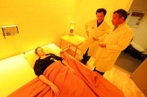 Première étape : les médecins mesurent la qualité du sommeil du patient grâce à des électrodes.