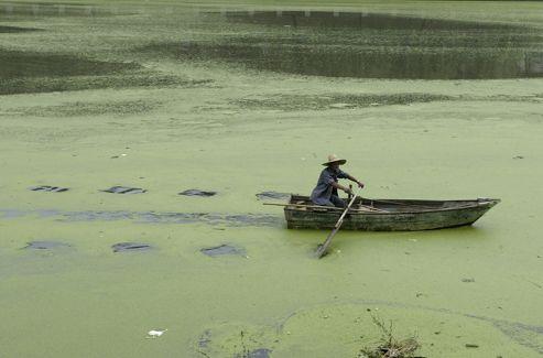 Une rivière polluée à Nanjing, en 2009.