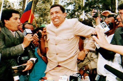 Le 26 mars 1994, Hugo Chavez s'adresse à la presse, juste après sa libération.