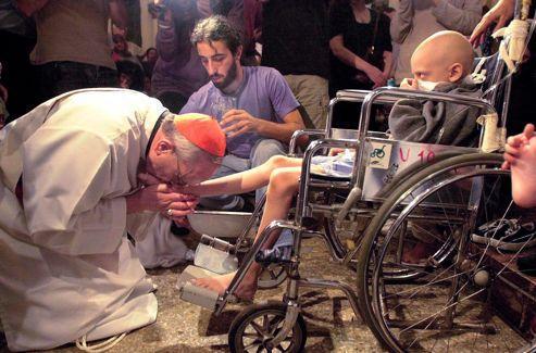 Jeudi saint: Mgr Bergoglio lave et baise les pieds d'un enfant atteint du sida.