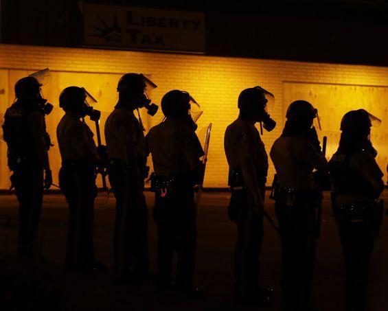 À quelques heures de l'entrée en vigueur du couvre-feu dimanche soir, la police a tenté de disperser des manifestants, majoritairement des jeunes, à l'aide de gaz lacrymogène dans le quartier de Saint-Louis.