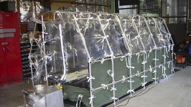 L'Aeromedical Biological Containment System est un appareil portable. Il a été installé samedi dans le jet Gulfstream III qui transportait le médecin contaminé Kent Brantly. Reuters/Centers for Disease Control (CDC)