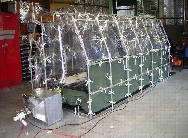 Photo diffusée par les CDC montrant une tente isolée permettant le transport aérien d'un patient atteint du virus. (AP Photo/Center for Disease Control)