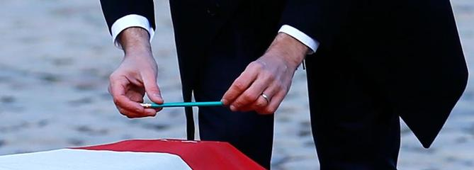 Macron dépose un crayon sur le cercueil de Jean d'Ormesson