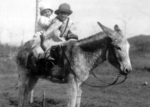 Fils d'aristocrates désargentés, Ernesto Guevara de la Serna naît le 14 juin 1928, à Rosario, troisième ville d'Argentine. À la recherche d'un meilleur climat pour son asthme, les Guevara sont contraints de déménager à Altagracia (ici en compagnie de sa sœur, Celia), sur les hauteurs de Cordoba. Ce mal implacable ne l'abandonnera jamais. AFP