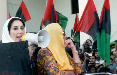 22h48, Sukkur. Benazir Bhutto revient dans le sud du Pakistan, la région qui l'a vue naître, sous les applaudissements de ses partisans.