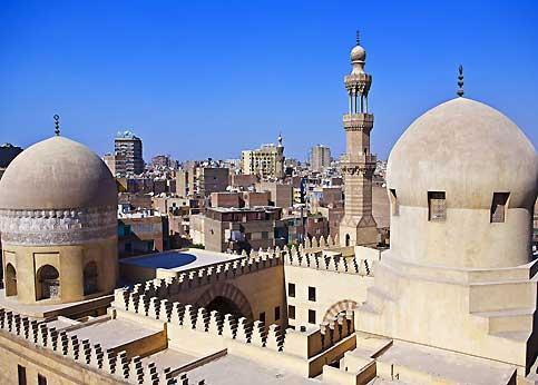Les dômes de la petite mosquée Sarghatmish, qui surplombe Sayeda Zeinab, un quartier populaire de la ville.