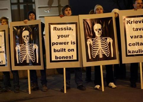 <b>21h30, Riga. </b>Ces manifestants se sont massés devant le ministère letton des affaires étrangères pour protester contre la visite du chef de la diplomatie russe. Sur leurs pancartes, on peut lire « Russie, ta puissance est construite sur des os ». La «libération » puis l'annexion de la Lettonie par l'URSS qui fit d'elle une république socialiste soviétique en 1944 a laissé de douloureux souvenirs. Riga a accédé à l'indépendance en 1991.