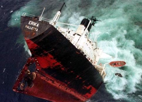 Pris dans une tempête, l'Erika, cargo affrété par la compagnie pétrolière Total et battant pavillon maltais, se brise au sud de Penmarc'h (Finistère) le <b>12 décembre 1999</b>. Il transporte 37 000 tonnes de fioul lourd.