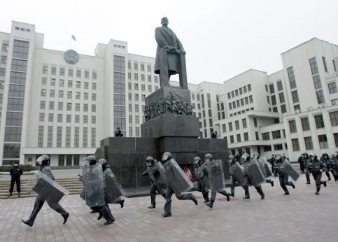 <b>10h29, Minsk. </b>Sous le regard impassible de cette statue de Lénine, ces policiers biélorusses se précipitent pour former un cordon de sécurité autour du parlement avant que les manifestants, des petits entrepreneurs qui dénoncent une nouvelle loi qui les oblige à payer plus d'impôts s'ils embauchent du personnel, ne s'y rendent.