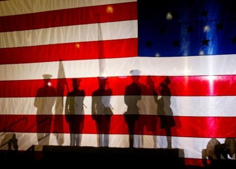 <b>11h07, Pensacola.</b> Les ombres de ces militaires se détachent sur le drapeau américain en attendant que le candidat à l'investiture républicaine, le sénateur et vétéran du Vietnam John McCain monte sur scène.