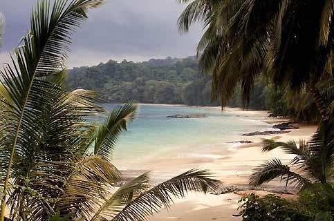 Les plages de São Tomé et Príncipe, sable blond, eaux turquoises et cocotiers (ici près de l'hôtel Bom Bom), sont citées dans «Les 100 Plus Belles Plages du monde».