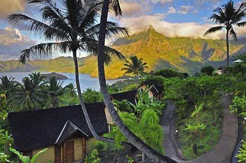 Hiva Oa, l'île de Paul Gauguin et de Jacques Brel. C'est dans cette baie de Tahauku - vue de l'hôtel Hanakee Pearl Lodge - que le chanteur belge jeta l'ancre de son voilier en 1975.