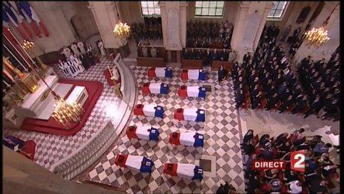 Les cercueils des dix soldats tués lundi en Afghanistan, déposés devant l'autel, lors de l'office oecuménique célébré en l'église Saint-Louis. Le président Nicolas Sarkozy, la quasi-totalité des membres du gouvernement et de nombreuses personnalités politiques assistent à l'hommage rendu aux dix soldats français.