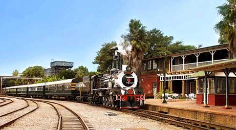 L'arrivée du Rovos Rail, tiré par une locomotive à vapeur, dans la petite gare coloniale privée de Pretoria.
