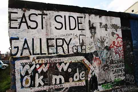 Située entre le pont Oberbaum et la gare Ostbahnhof, la East Side Gallery est un endroit particulier où l'art reflète un moment unique dans l'histoire d'une Allemagne autrefois divisée. Après la chute du mur, le 9 novembre 1989, plus d'une centaine d'artistes sont venus du monde entier pour transformer avec leurs images le côté est du mur, jusqu'alors inaccessible. La culture alternative de l'underground berlinois est alors entrée en contact avec la surface. Les quelques 106 fresques expriment l'euphorie et l'espoir. Cependant, les deux tiers des œuvres peintes il y a dix neuf ans ont été très endommagées par le temps. La pluie et la rouille des barres métalliques coulées dans le béton provoquent l'érosion du mur transformé en galerie d'art et des œuvres qu'il porte. Les collectionneurs vandales et autres tagueurs ont aussi abîmé les peintures. A partir du 9 novembre, les artistes viendront repeindre leurs fresques… afin que le mur retrouve ici tout son lustre dans un an pour le vingtième anniversaire de sa chute.