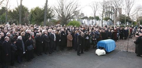 Une foule dense se pressait au cimetière de Bagneux pour accompagner Claude Berri vers sa dernière demeure.