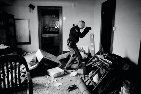 <b>World Press Photo Award. </b>Le photographe américain, Anthony Suau, est le lauréat de la 52e édition du prestigieux prix, pour un cliché illustrant la crise des subprime. <br/>Sur cette photo parue dans Time Magazine, un policier armé s'assure qu'une maison est bien vide et sans danger, au milieu des biens abandonnés sur place par les propriétaires qui ne pouvaient plus rembourser leur emprunt immobilier.<br/>Anthony Suau se verra remettre son prix, ainsi que 10.000 euros, lors d'une cérémonie à Amsterdam le 3 mai.
