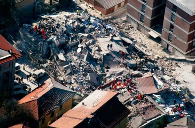 Du ciel, les images montrent des dizaines d'habitations et bâtiments - dont de nombreux vestiges religieux - détruits, anéantis par la violence de la secousse.