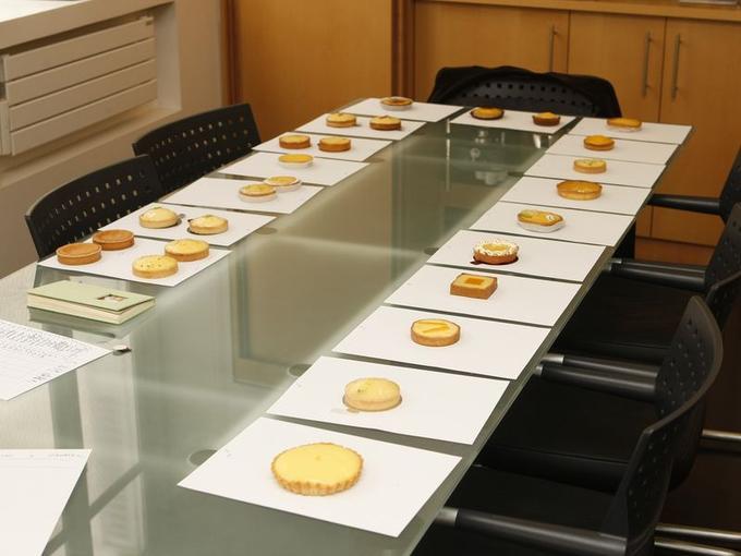 Nous avons sélectionné 20 enseignes et pâtisseries réputées de la capitale, acheté le matin une tartelette citron de façon anonyme dans chaque adresse, et à 15h,  rdv chez le pâtissier Christophe Felder pour réaliser le test.