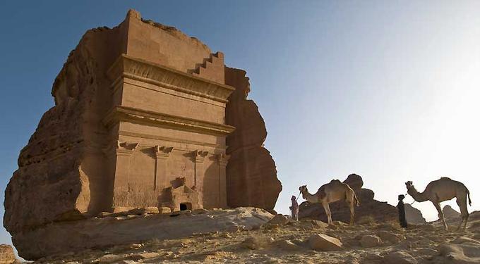 A l'écart de l'antique cité d'Hégra se dresse Qasr al-Farid, «le château isolé», l'un des plus majestueux tombeaux de la nécropole. Haut de plus de 21 mètres, il fait face à la ville, au monde des vivants.