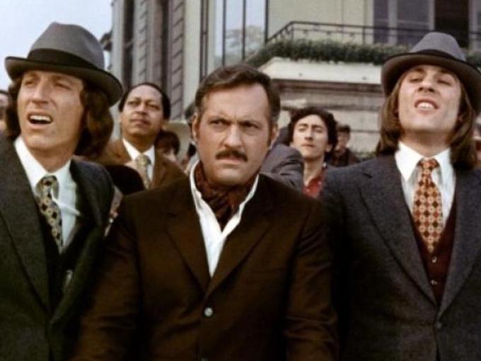 Issu d'un milieu modeste , son père est tôlier-formeur, Gérard Depardieu, qui né en 1948, grandit au milieu de cinq frères et soeurs. Il quitte l'école à 13 ans et commet des vols et des menus trafics, il se découvre une passion pour le théâtre lors d'un voyage à Paris. C'est Michel Audiard qui en 1970 lui offre son premier (petit) rôle au cinéma dans