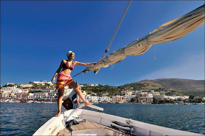 Etudiante à Rome, Zazie n'est qu'à deux petites heures de Ponza, où elle passe sa vie surl'eau. Ici, impériale à la barre du «Re del Fuoco» (1935), la plus belle barque à voile latine du port...
