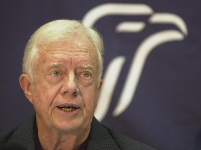 <b>2002 - Jimmy Carter. </b>L'ex président américain (1976-1980) est honoré pour ses efforts en faveur d'une résolution pacifique des conflits. A la Maison-Blanche, le démocrate a joué un rôle clé dans la signature des accords de Camp David entre Israël et l'Egypte, en 1978. Président au bilan controversé, Jimmy Carter redore son blason après son départ du pouvoir. Ses dons de médiateur et sa fondation ont été sollicités pour des missions en Bosnie, au Soudan, en Corée du Nord, à Haïti. L'octogénaire, qui est un âpre défenseur des droits de l'homme, lutte aussi contre la famine et les maladies tropicales. Dernièrement Jimmy Carter a entrepris des discussions avec le mouvement palestinien du Hamas. C'est le troisième président américain à être nobélisé après Théodore Roosevelt en 1906 et Woodrow Wilson en 1919.